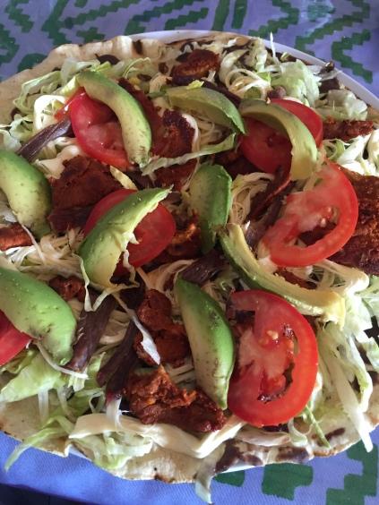 Tlayuda, Oaxaca, gastronomia oaxaqueña, tomate, aguacate, maíz, gastronomía mexicana, Oaxaca, Mitla, Mexico